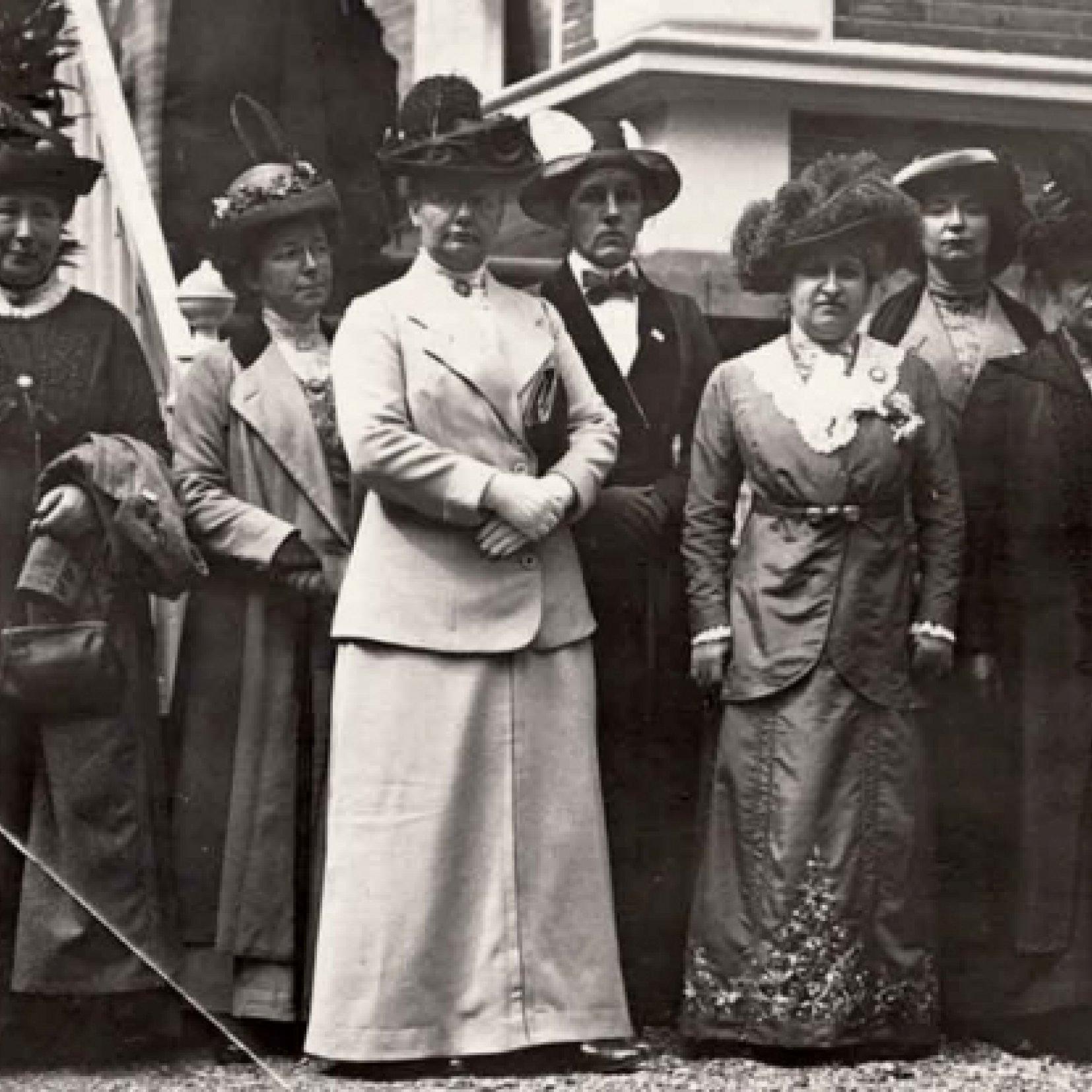 Groepsportret met en zonder Wilhelmina Drucker, 1913